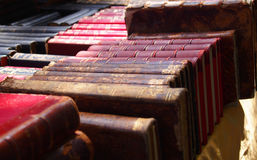 Στενή άποψη ενός σωρού των antic βιβλίων, αγορά Στοκ Φωτογραφία