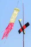 Στενή άποψη με το μικρό αεροπλάνο παιχνιδιών Αεροπλάνο ικτίνων και παιχνιδιών στον αέρα, Στοκ φωτογραφία με δικαίωμα ελεύθερης χρήσης
