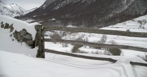 Στενή άποψη μιας εισόδου ενός αγροκτήματος στα βουνά που καλύπτονται από το χιόνι φιλμ μικρού μήκους