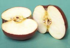Στενή άποψη του μήλου που κόβεται σε δύο Στοκ εικόνα με δικαίωμα ελεύθερης χρήσης
