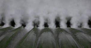 Στενή άποψη του νερού που πέφτει απότομα κάτω από spillway του φράγματος του Κλίβελαντ απόθεμα βίντεο