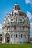 Στενή άποψη του Romanesque βαπτιστηρίου του ST John Baptistry στο δημοφιλές τουριστικό αξιοθέατο dei πλατειών Miracoli Piazza del στοκ εικόνα με δικαίωμα ελεύθερης χρήσης