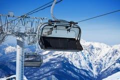 Στενή άποψη chairlift και των βουνών στο θέρετρο Στοκ Εικόνες