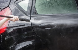 στενή έννοια καθαρότητας αυτοκινήτων επάνω στην πλύση Το καθαρίζοντας αυτοκίνητο που χρησιμοποιεί υψηλό νερό από τη γυναίκα, γυνα Στοκ φωτογραφία με δικαίωμα ελεύθερης χρήσης