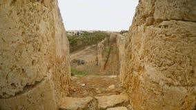 Στενή έξοδος στη σκάλα στον τοίχο φρουρίων στην πόλη Famagusta, κινηματογράφηση σε πρώτο πλάνο πετρών απόθεμα βίντεο