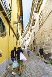 Στενή αλέα κυβόλινθων με μια απότομη κλίση και τις προσόψεις των παλαιών σπιτιών στο κέντρο του Πόρτο Πορτογαλία Στοκ Εικόνες