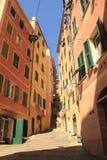 Στενή αλέα στην Ιταλία Στοκ Φωτογραφίες