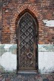 Στενή γοτθική ξύλινη πόρτα σε μια εκκλησία Στοκ Εικόνες