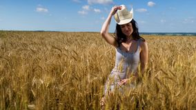 στενή γυναίκα πορτρέτου α στο καπέλο στον τομέα σίτου φιλμ μικρού μήκους