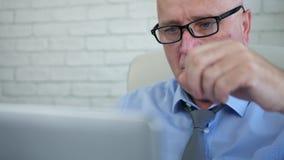 Στενή εικόνα με τις συμβάσεις και τα έγγραφα ανάγνωσης επιχειρηματιών απόθεμα βίντεο