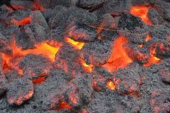 Στενή εικόνα των καυτών ανθράκων στη σχάρα Στοκ Φωτογραφία