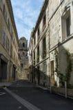 Στενή εκκλησία οδών που χτίζει Arles Στοκ Φωτογραφία