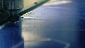 Στενή επάνω άποψη διαδικασίας άλεσης πολυανθράκων φιλμ μικρού μήκους