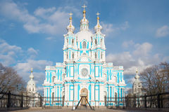 Στενή επάνω, ηλιόλουστη ημέρα Απριλίου καθεδρικών ναών Smolny Άγιος-Πετρούπολη Στοκ εικόνες με δικαίωμα ελεύθερης χρήσης
