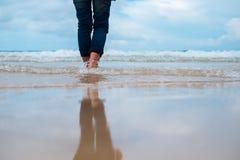 Στενή επάνω καθυστέρηση υποβάθρου φύσης της γυναίκας που στέκεται μόνο στην παραλία στοκ εικόνες με δικαίωμα ελεύθερης χρήσης