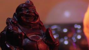 Στενή επάνω μακροεντολή γέλιου αγαλμάτων του Βούδα μικροσκοπική φιλμ μικρού μήκους