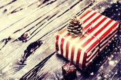 Στενή επάνω μακροεντολή Χριστουγέννων ευχετήριων καρτών χριστουγεννιάτικων δώρων Στοκ Εικόνες
