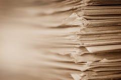 Στενή επάνω συσσώρευση εγγράφου εκθέσεων Extreamely της εργασίας γραφείων Στοκ Φωτογραφία