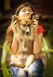 Στενή επάνω φωτογραφία σκυλιών ποιμένων κουταβιών αγκαλιάσματος κοριτσιών εφήβων Στοκ φωτογραφία με δικαίωμα ελεύθερης χρήσης