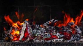 Στενή ευθεία άποψη του καψίματος πυρκαγιάς σε μια σχάρα τούβλου απόθεμα βίντεο