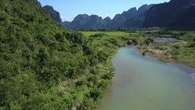 Στενή κίνηση κατά μήκος της λοφώδους τράπεζας δασονομίας ποταμών στην κοιλάδα φιλμ μικρού μήκους