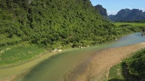 Στενή κίνηση στον ποταμό με την τράπεζα άμμου που τρέχει στο πόδι λόφων φιλμ μικρού μήκους