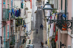 Στενή και απότομη αλέα στη Λισσαβώνα στοκ φωτογραφία με δικαίωμα ελεύθερης χρήσης