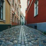 Στενή μεσαιωνική οδός στην παλαιά Ρήγα, Λετονία Στοκ Εικόνες