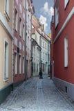 Στενή μεσαιωνική οδός στην παλαιά Ρήγα Στοκ Εικόνες
