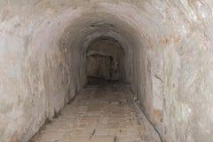 Στενή μεσαιωνική σήραγγα φιαγμένη από τούβλα Στοκ εικόνες με δικαίωμα ελεύθερης χρήσης