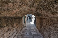 Στενή μεσογειακή οδός πετρών στην Κροατία Στοκ Εικόνες