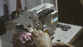 στενή μηχανή που ράβει επάνω φιλμ μικρού μήκους