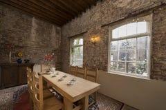 στενή να δειπνήσει μαχαιροπήρουνων διάσκεψη στρογγυλής τραπέζης δωματίων γυαλιών επάνω Στοκ Φωτογραφίες
