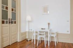στενή να δειπνήσει μαχαιροπήρουνων διάσκεψη στρογγυλής τραπέζης δωματίων γυαλιών επάνω Στοκ εικόνες με δικαίωμα ελεύθερης χρήσης