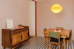 στενή να δειπνήσει μαχαιροπήρουνων διάσκεψη στρογγυλής τραπέζης δωματίων γυαλιών επάνω Στοκ Εικόνες