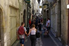 Στενή οδός με το μέρος των τουριστών στο ιστορικό μέρος της πόλης, στοκ φωτογραφίες