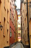 Στενή οδός στην παλαιά πόλη της Στοκχόλμης Στοκ Εικόνες