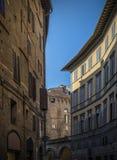 Στενή οδός στο itali της Σιένα, χρόνος ημέρας της Τοσκάνης Στοκ Εικόνες