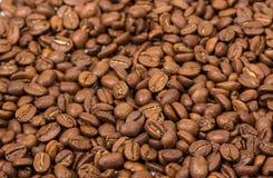 στενή οριζόντια σύσταση καφέ επάνω φασόλια καφέ ως ταπετσαρία υποβάθρου arabica φασόλι cofee Στοκ Φωτογραφίες