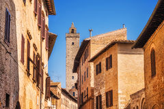 Στενή οδός μέσω του SAN Giovani και πύργος Cuganensi στο SAN Gimignano, Τοσκάνη Στοκ Φωτογραφία