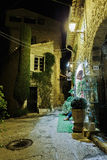 Στενή οδός με τα λουλούδια στην παλαιά πόλη Mougins στη Γαλλία Νι στοκ φωτογραφία με δικαίωμα ελεύθερης χρήσης
