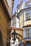 Στενή οδός με το φανάρι, άποψη στον πύργο του παλαιού Δημαρχείου, Πράγα, Δημοκρατία της Τσεχίας Στοκ Εικόνες