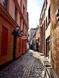Στενή οδός παλαιά Ρήγα στοκ εικόνα με δικαίωμα ελεύθερης χρήσης