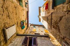 Στενή οδός πετρών και γενική αρχιτεκτονική Rovinj, Κροατία Στοκ εικόνα με δικαίωμα ελεύθερης χρήσης