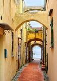 Στενή οδός που οδηγεί στη Μεσόγειο στην παλαιά πόλη Varig στοκ φωτογραφία με δικαίωμα ελεύθερης χρήσης