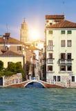 στενή οδός Σπίτια πέρα από το κανάλι Βενετία Στοκ φωτογραφίες με δικαίωμα ελεύθερης χρήσης
