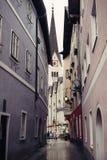 Στενή οδός στην εκκλησία σε Hallstatt, Αυστρία Στοκ φωτογραφία με δικαίωμα ελεύθερης χρήσης