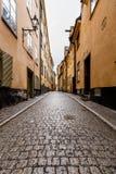Στενή οδός στην παλαιά πόλη (Gamla Stan) της Στοκχόλμης στοκ φωτογραφίες