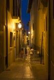 Στενή οδός στη Πάλμα ντε Μαγιόρκα τη νύχτα Στοκ φωτογραφία με δικαίωμα ελεύθερης χρήσης