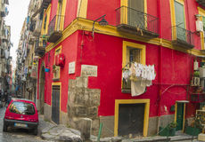 Στενή οδός στο ιστορικό κέντρο της Νάπολης, Ιταλία Στοκ εικόνα με δικαίωμα ελεύθερης χρήσης